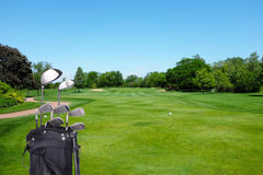 高尔夫俱乐部和袋子在路线 免版税库存照片