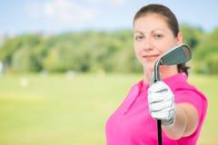 高尔夫俱乐部在手中高尔夫球运动员关闭在焦点 图库摄影