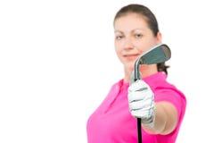 高尔夫俱乐部在手中高尔夫球运动员关闭在焦点 免版税库存照片
