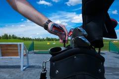 高尔夫俱乐部袋子手 库存图片