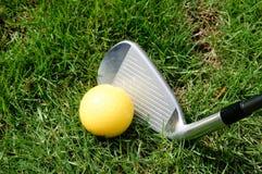 高尔夫球、俱乐部或者铁 免版税库存照片