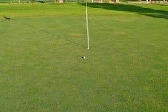 高尔夫球一回合在晚上 图库摄影