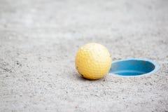高尔夫球下个高尔夫球孔 免版税库存图片