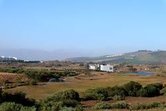 高尔夫球与人工湖的手段场面 免版税库存照片
