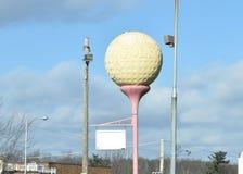 高尔夫球与笑涡板刻的葡萄酒标志 免版税库存照片