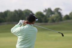 高尔夫球人实践摇摆 库存照片