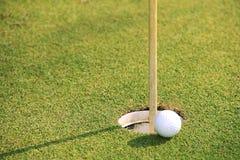 高尔夫球关闭在高尔夫球coures的绿色在泰国 库存图片