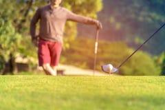 高尔夫球发球区域在绿色 免版税库存图片