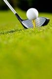 高尔夫球司机和球在发球区域 免版税库存照片