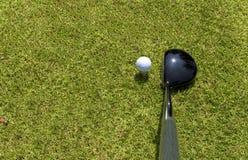 高尔夫球司机和球顶视图在发球区域 库存照片