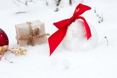 高尔夫球和圣诞节装饰品在绿草 免版税库存照片