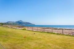 高尔夫球和海滩 Lamlash,艾伦,苏格兰 免版税库存照片