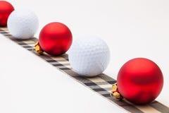 高尔夫球和红色圣诞节装饰 免版税库存图片