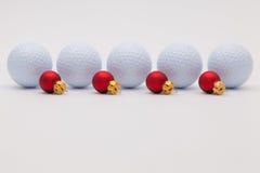 高尔夫球和红色圣诞节装饰 免版税库存照片