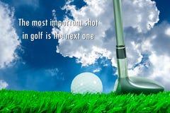 高尔夫球和航路木头在草和行情 免版税库存照片