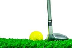高尔夫球和航路木头在草 图库摄影