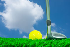 高尔夫球和航路木头在草 库存图片