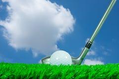 高尔夫球和航路木头在草 免版税图库摄影