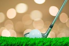 高尔夫球和航路木头在草 免版税库存图片