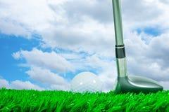 高尔夫球和航路木头 免版税图库摄影