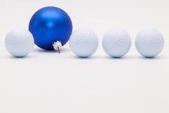 高尔夫球和蓝色圣诞节装饰 库存照片