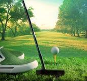 高尔夫球和轻击棒开始对驾驶在绿色路线 图库摄影