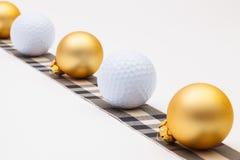 高尔夫球和金黄圣诞节装饰 图库摄影