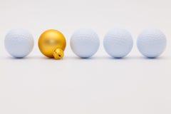 高尔夫球和金黄圣诞节装饰 免版税库存照片