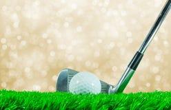 高尔夫球和铁俱乐部 免版税库存图片