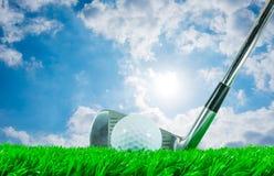 高尔夫球和铁俱乐部 免版税库存照片