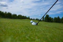高尔夫球和铁 免版税库存照片