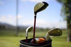 高尔夫球和高尔夫俱乐部在袋子在绿草 免版税图库摄影