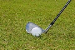 高尔夫球和高尔夫俱乐部 库存图片