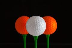 高尔夫球和绿色木发球区域 库存照片