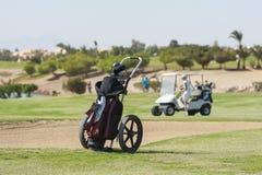 高尔夫球在航路的小型运车台车 免版税库存图片