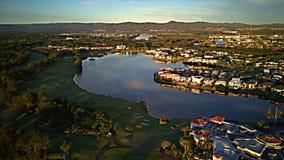 高尔夫球场和小游艇船坞希望海岛戈尔德比尤特和非常普遍的购物中心 免版税图库摄影
