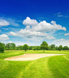 高尔夫球场和美丽的蓝天 调遣绿色 图库摄影