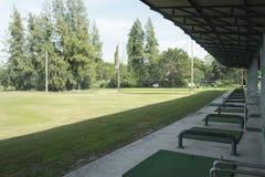 高尔夫球场和高尔夫球在开车范围,高尔夫球场的看法 免版税库存照片