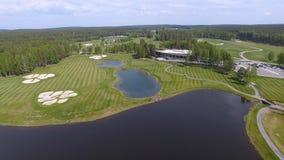 高尔夫球场在一个晴天,与池塘的一家优秀高尔夫俱乐部和绿草,从天空的看法 库存照片