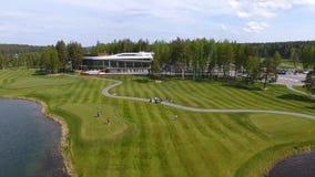 高尔夫球场在一个晴天,与池塘的一家优秀高尔夫俱乐部和绿草,从天空的看法 图库摄影
