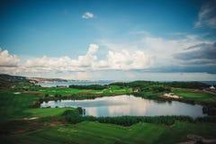 高尔夫球场在有球员的豪华旅游胜地 高尔夫球运动员鸟瞰图  免版税图库摄影
