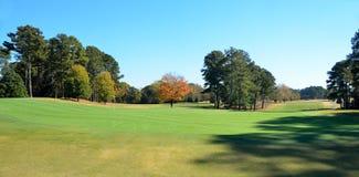 高尔夫球场在秋天 免版税库存照片