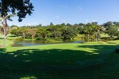 高尔夫球场孔绿色Flagstick水 免版税库存图片
