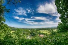 高尔夫球场有华美的绿色和意想不到的山景 图库摄影