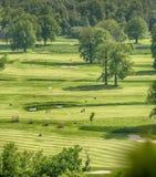 高尔夫球场有华美的绿色和意想不到的山景 库存照片