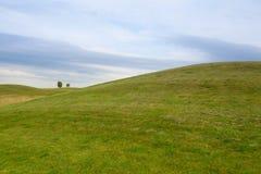高尔夫球场有蓝天背景 库存照片