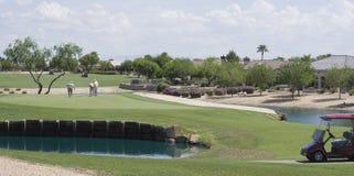 高尔夫球场的球员 免版税库存图片