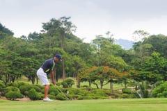 高尔夫球场的高尔夫球运动员在泰国 免版税库存图片