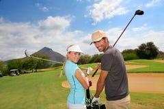高尔夫球场的高尔夫球运动员 库存照片
