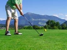 高尔夫球场的高尔夫球运动员 免版税库存图片